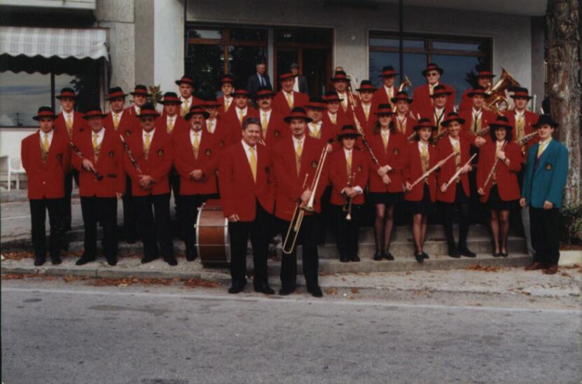 """La Banda di Mosson davanti alla Trattoria """"Al Pelado"""" 1965"""
